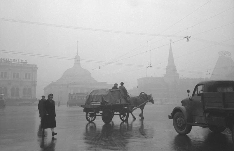 12 Утро на площади трех вокзалов. 1957 год.