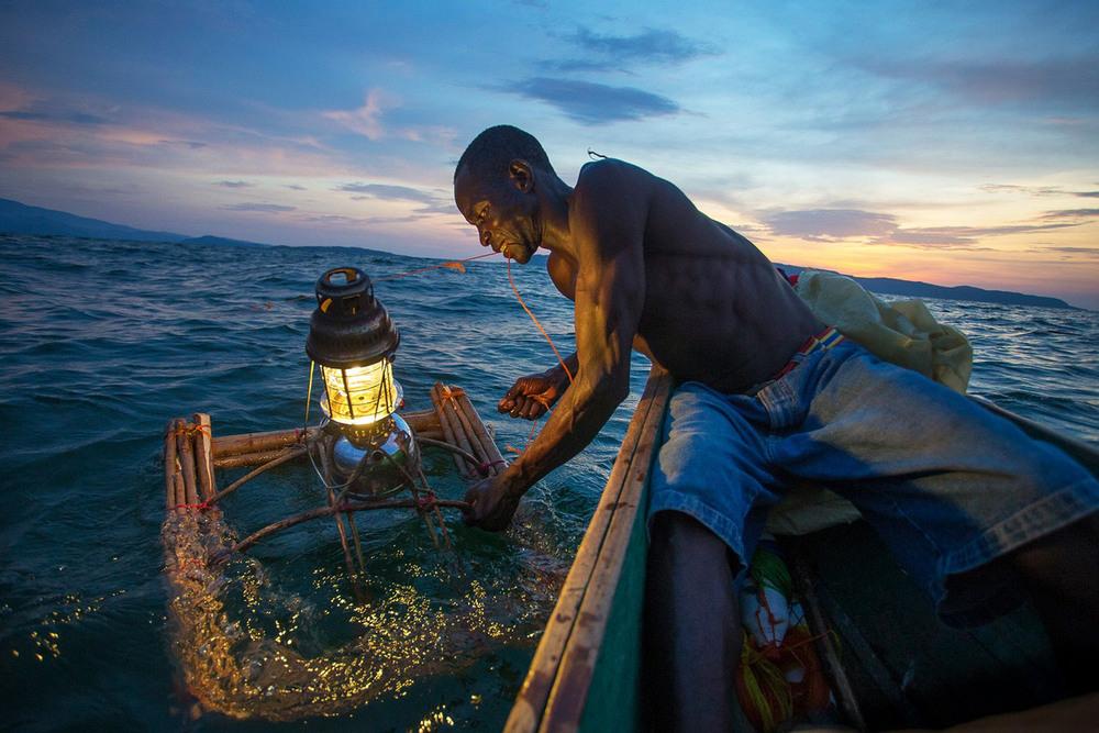 7 Поощрительная премия. Рыбалка с огнями Автор фото: Emmanuel Rondeau. Место: озеро Виктория, Кения.