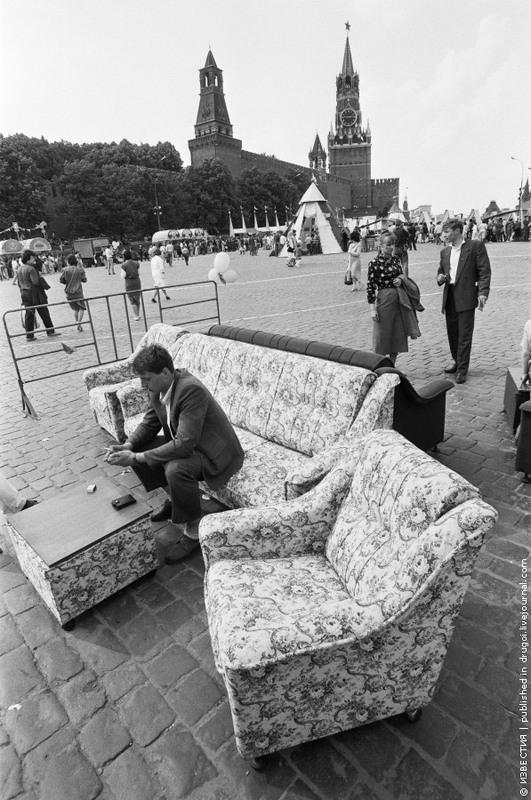 21 Троицкое торжище на Васильевском спуске в Москве. 1991 год.