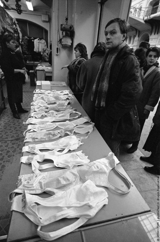 25 Торговые ряды в ГУМе. 1993 год.