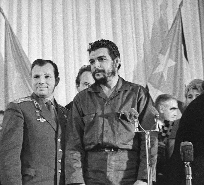 34 Юрий Гагарин и Эрнесто Че Гевара, 1964 год.