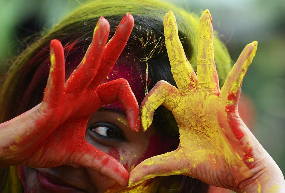 Индийские студенты празднуют Холи 2017 в Калькутте. (Фото Dibyangshu Sarkar)