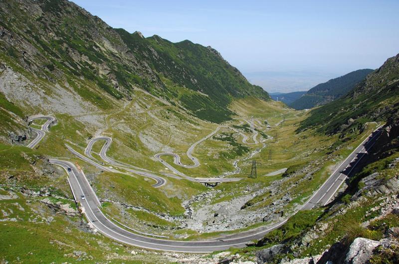 2 Трансфэгэрашское шоссе, Румыния. Это самая высотная дорога в данной стране. Находится в Карпатах, проходит через горный массив Фэгэраш (наивысшая точка на высоте 2034 метра).