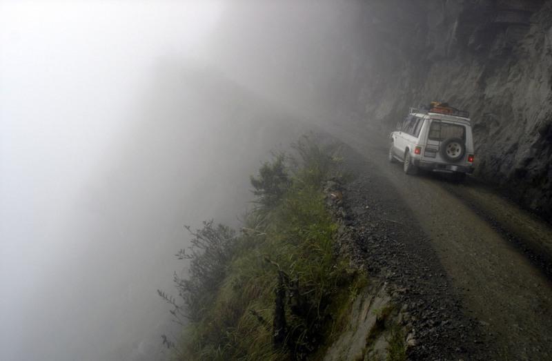 5 Дорога Юнгас, Боливия. Эта магистраль является одной из самых опасных в мире, ежегодно здесь погибает около 300 человек. На одной ее стороне — отвесные скалы, а на другой — обрыв (высота — более 600 метров).
