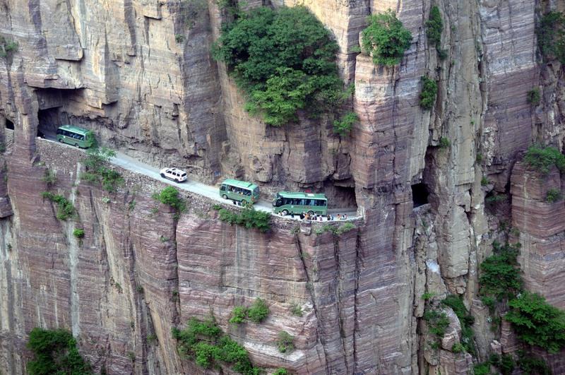 7 Туннель Гуолян, Китай. Эта дорога проходит через горный массив Гуолян. Она была проложена местными жителями самостоятельно и, до 1972 года, являлась единственной возможностью выбраться из местной деревни во внешний мир. Позже власти построили 1200-метровый туннель и открыли его для движения автотранспорта.