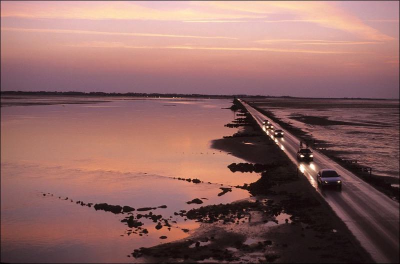 8 Пассаж дю Гуа, Франция. Эта дорога доступна для проезда всего несколько часов в день. В остальное время (во время приливов) она оказывается под водой.