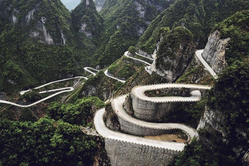 9 Дорога в горах Тяньмэнь, Китай. Протяженность - 10 км., имеет 99 крутых поворотов. А перепад высот между ее начальной и конечной точками -  1000 метров.
