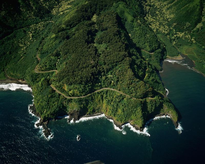 10 Хана, Гавайи. Находится эта дорога на гавайском острове Мауи и соединяет город Кахулуи с городом Хана. Ее протяженность составляет 112 км., на протяжении которых находится 59 мостов, 46 из которых шириной только в одну полосу. Часто данное шоссе закрыто из-за оползней.