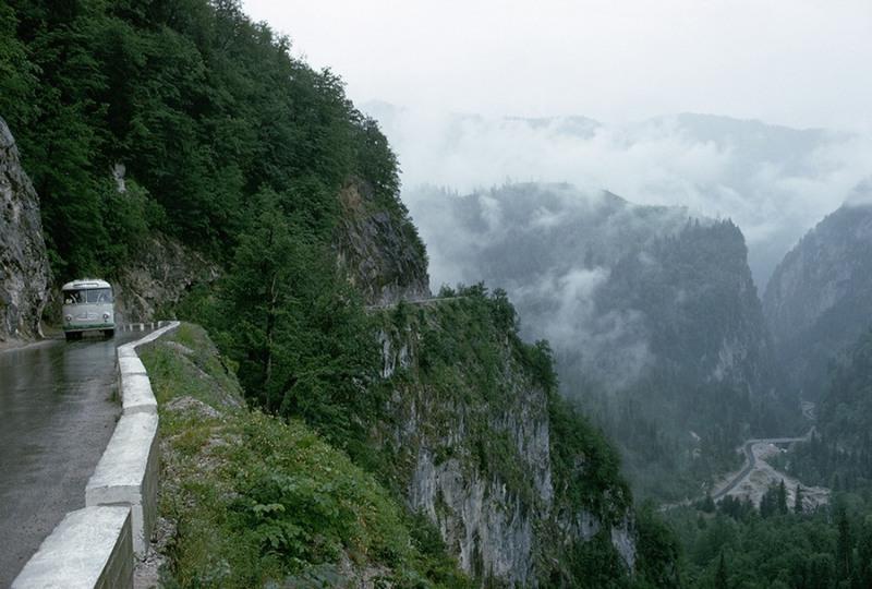 14 Дорога «Кавказ», Россия. Это дорога из Сочи до озера Рица в Кавказских горах, имеет весьма узкую проезжую часть.