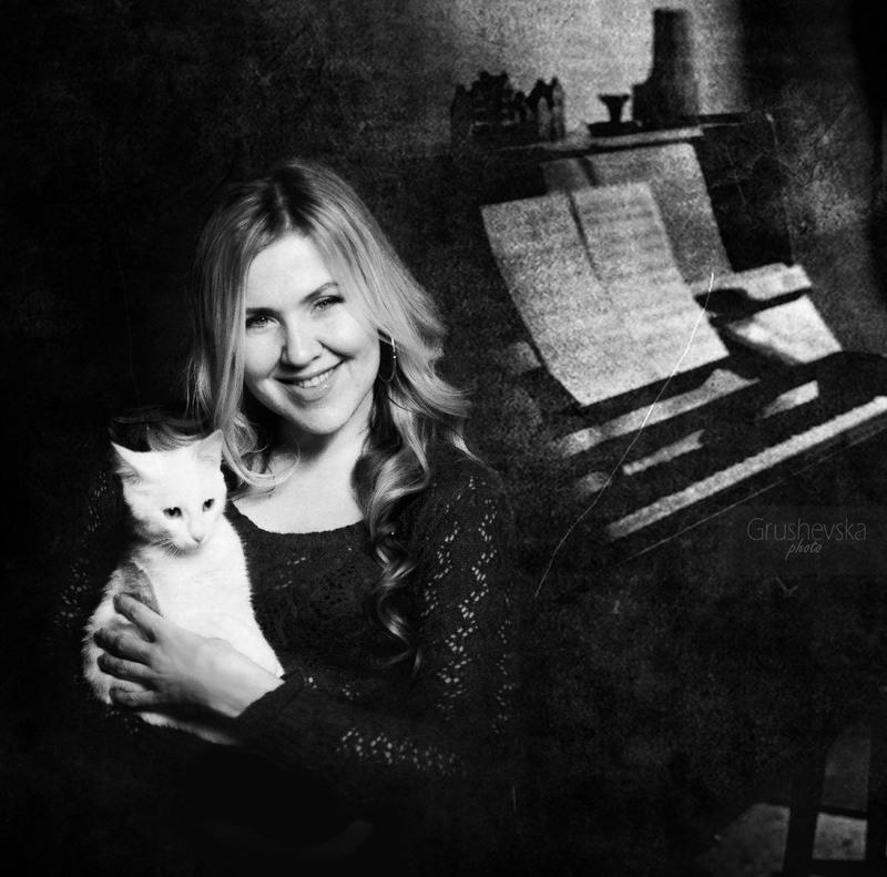 """Итак, прошла первая фотосессия в проекте """"Женщина и Кошка""""  Фотографировала визажиста Яну Дъячук, съемка прошла отлично, вот что сама Яна рассказывает о себе.  Яна▼Дьячук :  """" - Я люблю жизнь за приятные и счастливые моменты: это мои близкие, а еще, это хорошие люди, которые меня окружают, это животные, красота, которую дарю миру, это радостные эмоции и чувства, которые получаю. Я люблю жизнь, и она отвечает мне взаимностью. Правильно говорят, что люди похожи на животных. Так вот мы тоже похожи с этим котом. Он молод, полон сил и энергии! Он тоже с характером, как и я. Если мне что-то не нравится, буду отстаивать свои интересы. А еще у него очень приятная белая шерстка, как и мои светлые локоны. Он грациозный, и знает себе цену. Мне кажется, мы с ним очень похожи )"""""""