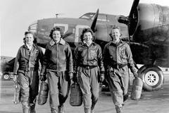 1 Лётчицы, покидающие кабины тяжёлых четырёхмоторных бомбардировщиков Boeing B-17 Flying Fortress («Летающая крепость») (ок. 1941-1945).