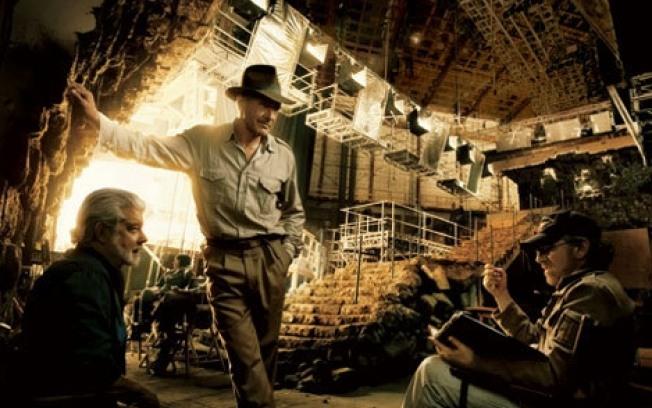 """3 Фильм """"Индиана Джонс и Королевство Хрустального черепа"""". Фотограф Энни Лейбовиц. В кадре Джордж Лукас, Харрисон Форд и Стивен Спилберг."""