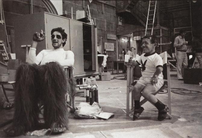 """5 Фильм """"Звездные войны"""". В кадре актеры: Питер Мэйхью (Чубакка) и Кенни Бейкер (R2-D2)."""