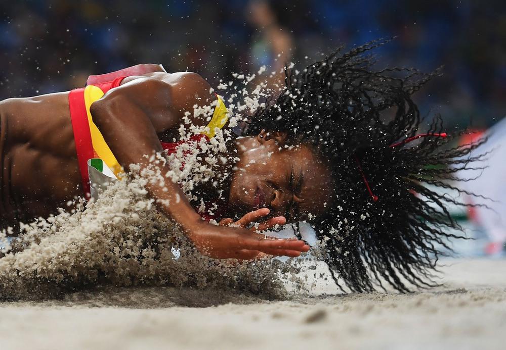 2 16 августа, Рио-де-Жанейро, Бразилия. Испанка Жульет Итойя только что выполнила свою попытку на олимпийском турнире по прыжкам в длину. Автор: Shaun Botterill / Getty Images.