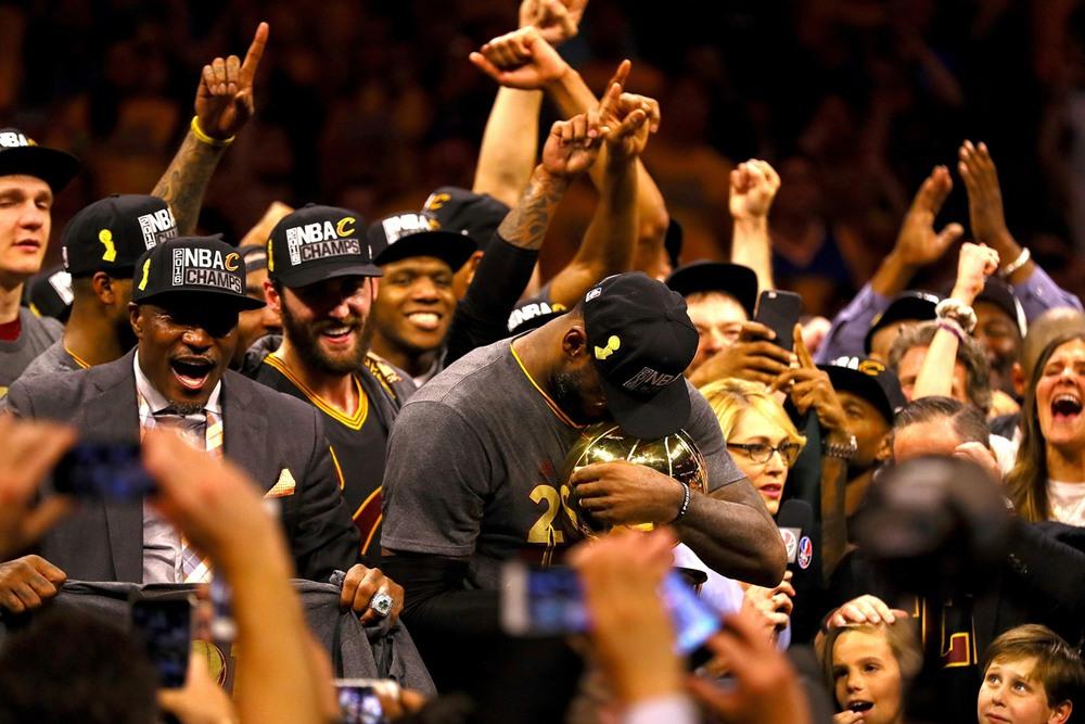 3 19 июня, Окленд, США. Леброн Джеймс обнимает Кубок Ларри О'Брайена, который вручают за победу в НБА. Для Леброна это уже третий чемпионский титул, но для его родного клуба «Кливленд Кавальерс» — первый. Автор: Ezra Shaw / Getty Images.