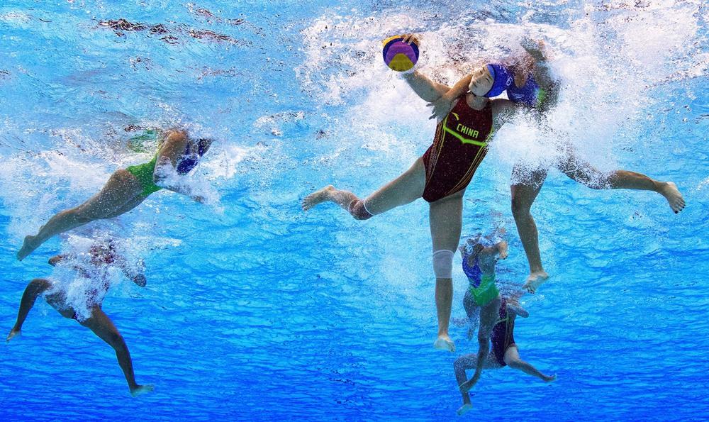 4 19 августа, Рио-де-Жанейро, Бразилия. Ватерполистки из Китая и Бразилии ведут борьбу за мяч во время матча за 7-8-е место на Олимпиаде. Фото: Adam Pretty / Getty Images.