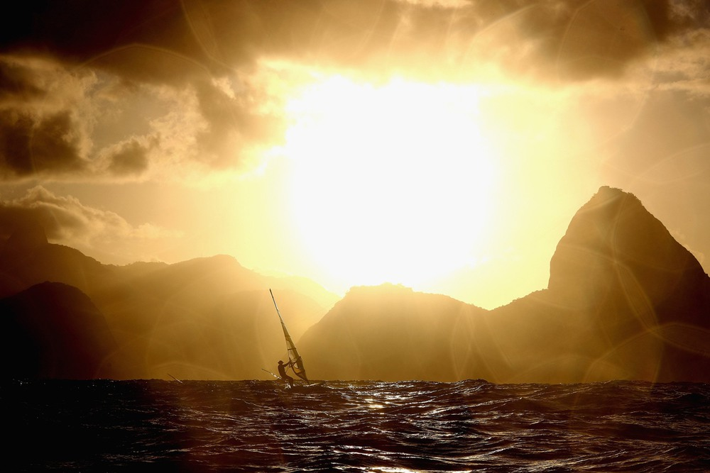 6 12 августа, Рио-де-Жанейро, Бразилия. Британский виндсерфер Ник Демпси возвращается к берегу после гонки в акватории Рио. Фото: Clive Mason / Getty Images.