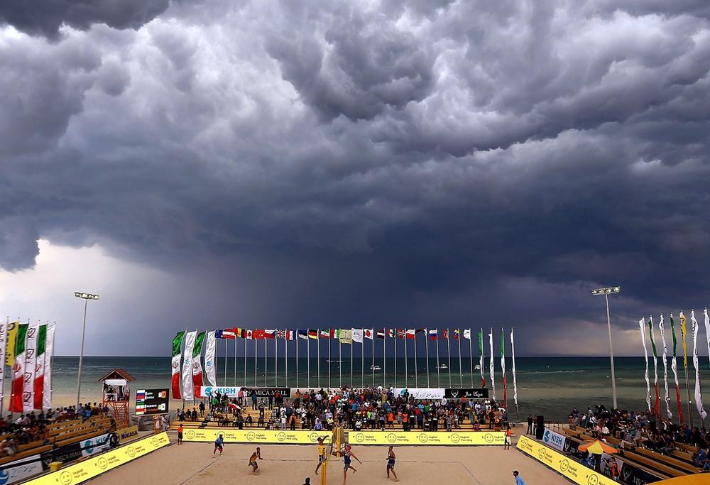7 17 февраля, остров Киш, Иран. Грозовой фронт приближается к острову Киш в Персидском заливе, где проходит матч по пляжному волейболу между иранской и российской парой. Фото: Amin M. Jamali / Getty Images.