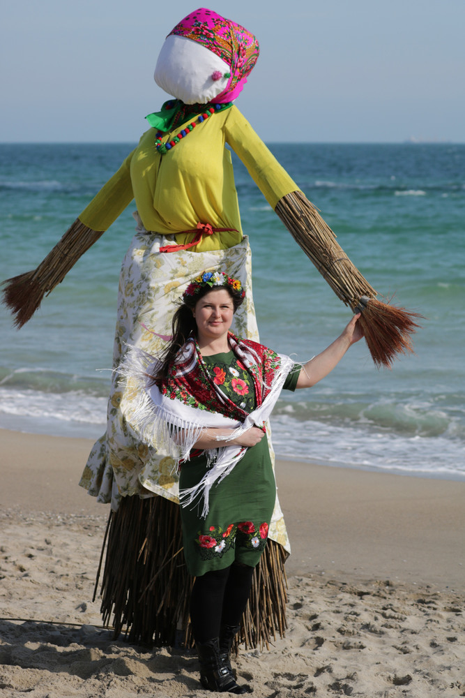 Я(у зеленому:)) Завжди дуже приємно одягати національну сукню. У будь-якій  день і в будь-який час року вона робить настрій і атмосферу.