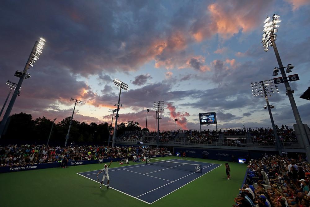 8 1 сентября, Нью-Йорк, США. Португалец Жоао Соуза выполняет подачу во встрече с испанским теннисистом Фелисиано Лопесом в рамках второго раунда US Open. Фото: Al Bello / Getty Images.