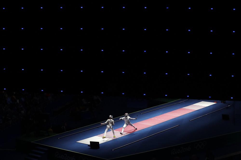 9 8 августа, Рио-де-Жанейро, Бразилия. Венгерка Анна Мартон (справа) и француженка Манон Брюне фехтуют на саблях. Фото: Gregory Bull / AP.
