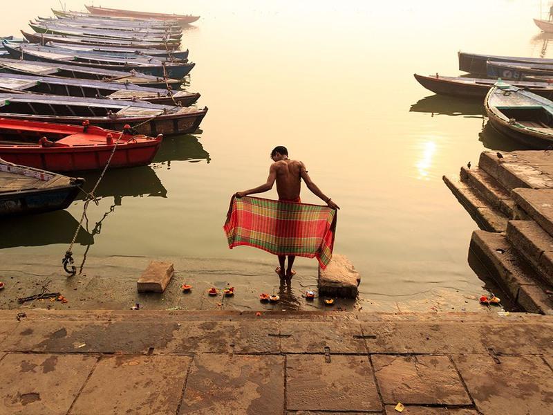 """1 """"Священное купание"""". Автор - Raja Subramaniyan. На берегу реки Ганг. Варанаси, Индия."""