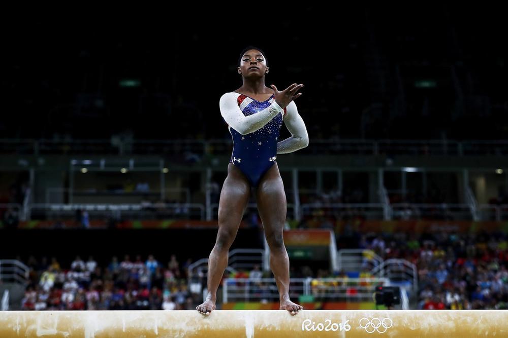 13 11 августа, Рио-де-Жанейро, Бразилия. Четырехкратная олимпийская чемпионка по спортивной гимнастике Симона Байлз начинает выступление на бревне. Фото: Elsa / Getty Images.