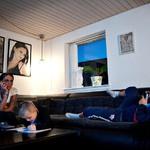 12 Бонни смотрит телевизор, а младший сын Ноа рисует.
