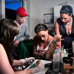 14 Дочь Бонни Мишель и ее подруга, которая учится делать татуировки.