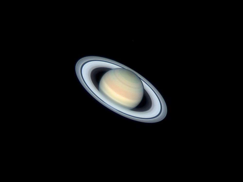 2 Сатурн. Он состоит из водорода, а скорость ветра на Сатурне может достигать местами 1800 км/ч. Автор - Stefan Buda.