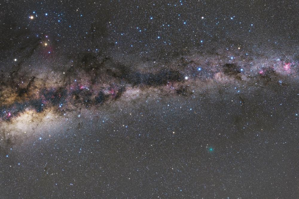 4 Млечный Путь. Диаметр Галактики составляет около 30 тысяч парсек (порядка 100 000 световых лет, 1 квинтиллион километров) при оценочной средней толщине порядка 1000 световых лет. Галактика содержит, по самой низкой оценке, порядка 200 миллиардов звёзд. Автор - Alex Cherney