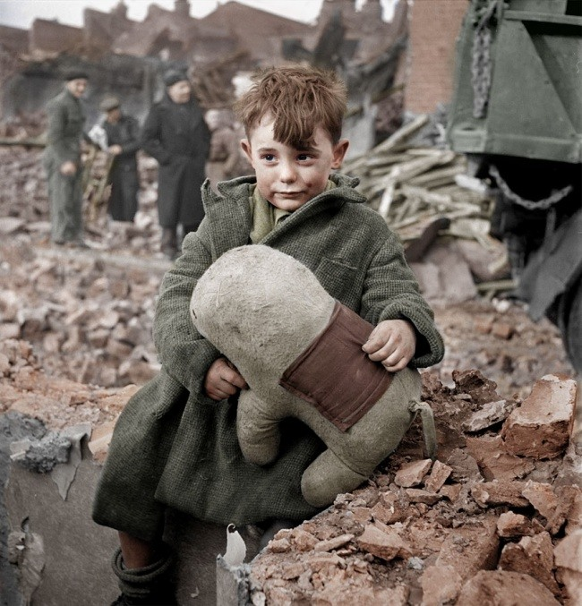 1 Потерявшийся ребенок с игрушкой. Лондон, 1945 год.