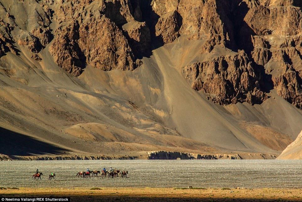 1 Коренные жители высокогорного плато Чангтан возвращаются на свою базу после сопровождения группы в округе Лахул и Спити.