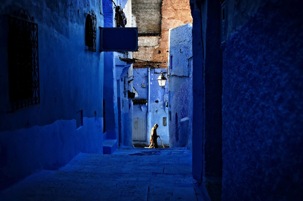 8 БЛЮЗ. Город Шефшауэн, на северо-западе Марокко, имеет множество зданий, окрашенных в синий цвет. Автор - IOANNIS STAMATOGIANNIS.