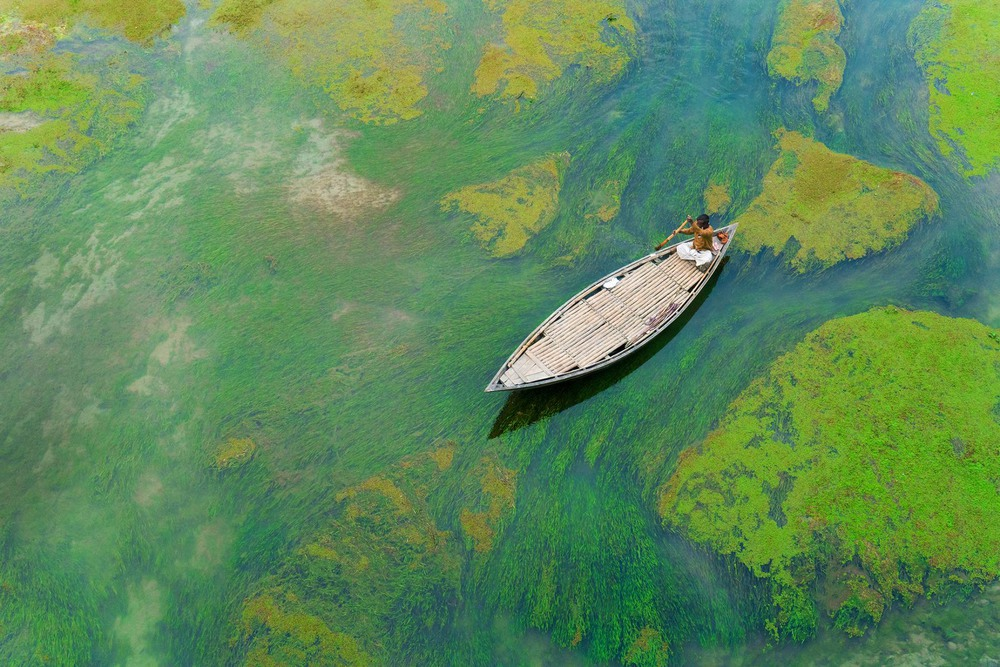 9  Человек в лодке на реке Барал в Бангладеше. Автор - MD TANVEER HASSAN ROHAN.