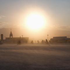 под огромным пыльным солнцем