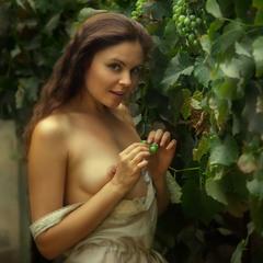 Девушка с виноградом)