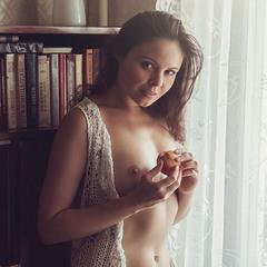 Девушка с персиками