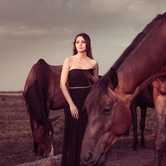 на закате с лошадьми