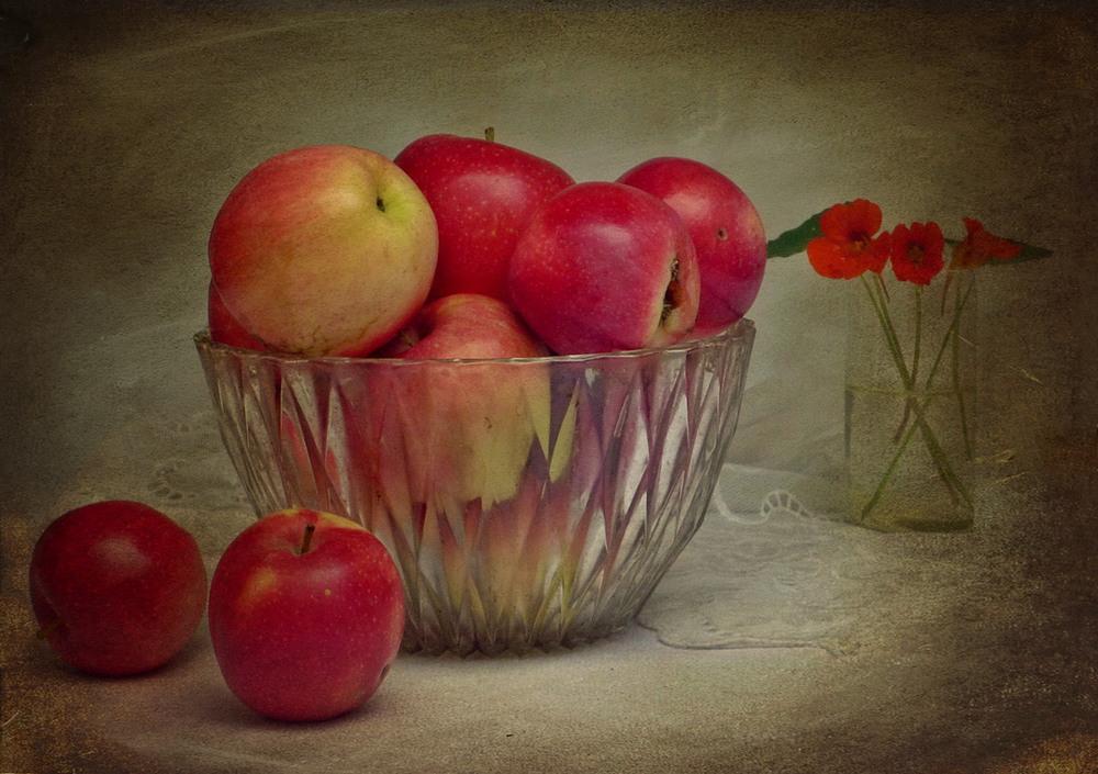 Картинка ваза с яблоком