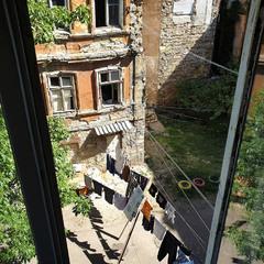 старый двор из окна