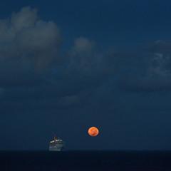 закат луны на Атлантике