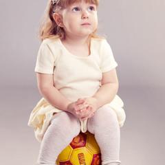 кто сказал, что девочки не играют в мяч?...)
