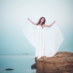 Я бы птицею ввысь взлетела и на крыльях любовь унесла.