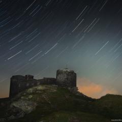 Карпаты. Обсерватория на горе Поп Иван ночная, на фоне звездных треков.