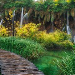 Хорватия. Плитвицкие озера. Дорога вдоль водопада.