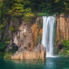 Хорватия. Плитвицкие озера. Скалы и водопад.