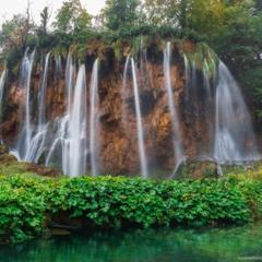 Хорватия. Плитвицкие озера. У водопада.
