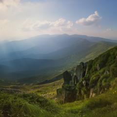 Карпаты. Вид с горы Поп Иван. Горы в лучах заходящего солнца.