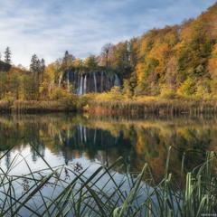 Хорватия. Плитвицкие озера у водопада Galovac осенью